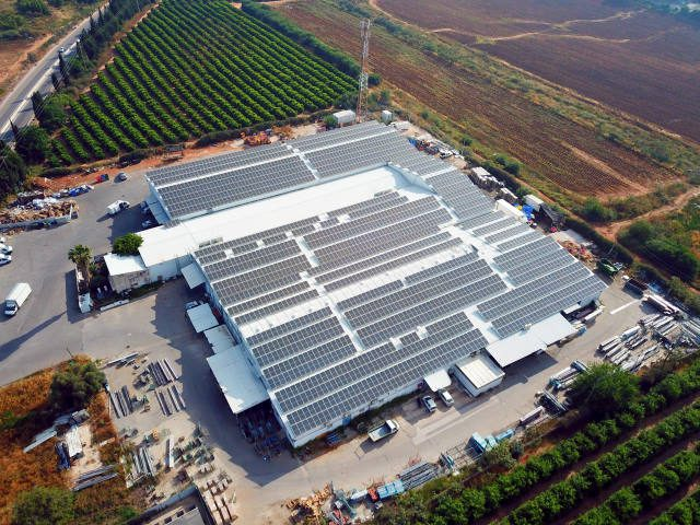 מערכות סולאריות על גגות בתעשייה