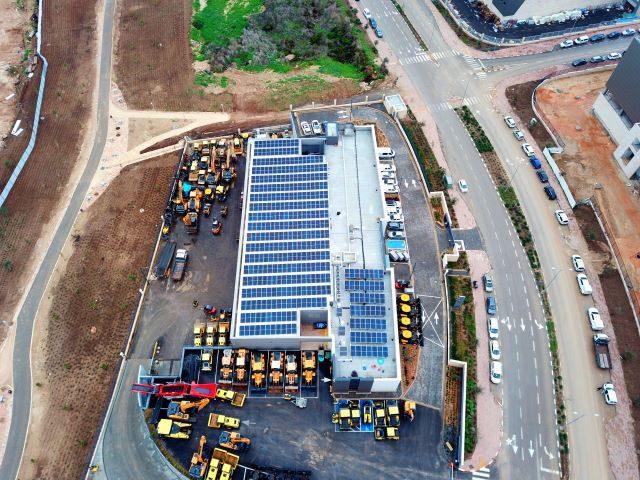 מערכת סולארית לעסקים על גג מפעל במרכז הארץ