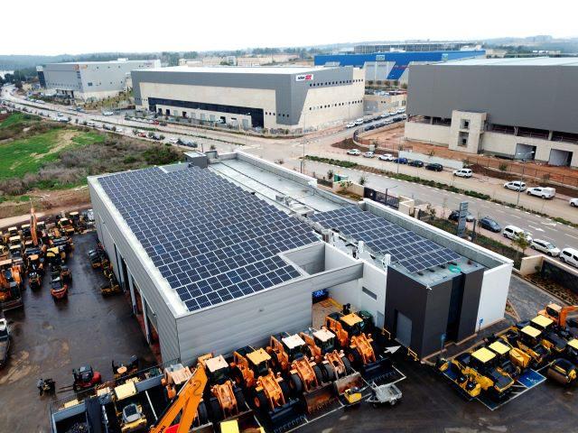 התקנת מערכת סולארית מסחרית על גגות מפעלים במרכז הארץ
