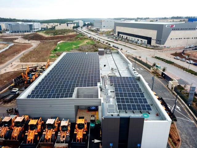 מערכת סולארית עסקית על גגות מפעלים במרכז הארץ