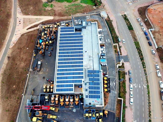 מערכת סולארית מסחרית על גגות מפעלים במרכז הארץ